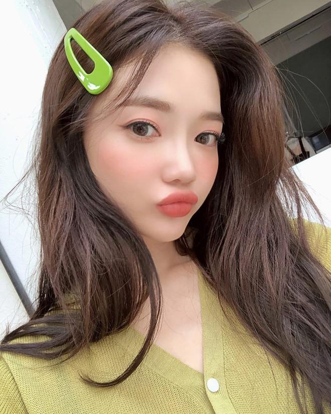 Diện chán các màu tóc tẩy thời thượng, con gái châu Á đang đồng loạt quay lại với tóc nâu hè này 2