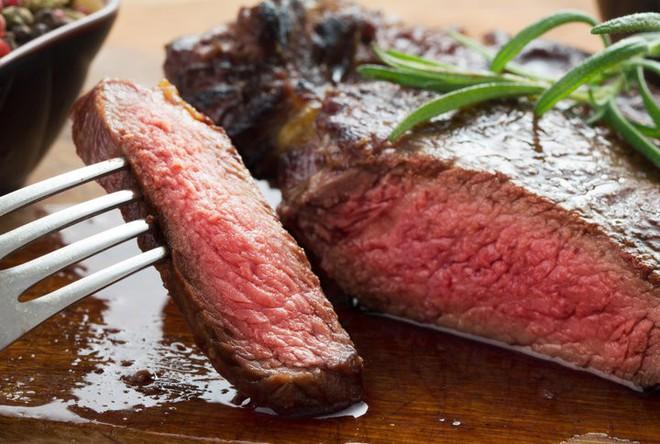 Ai cũng nghĩ nước màu đỏ chảy ra từ thịt bò bít tết là máu nhưng sự thật lại hoàn toàn khác - Ảnh 1.