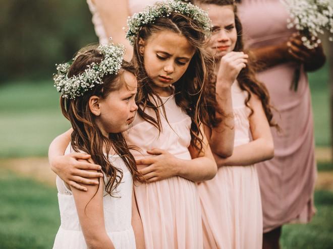 Xem lại ảnh cưới của mình, mẹ bất ngờ xúc động khi thấy con gái 6 tuổi òa khóc nức nở lúc bố mẹ trao lời thề - Ảnh 2.
