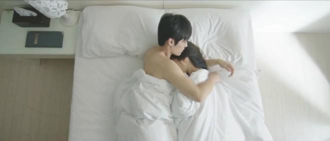 Hé lộ cảnh nóng bị cắt của loạt phim Hàn nổi tiếng: Nóng nhất là cặp đôi Hậu Duệ Mặt Trời - Ảnh 11.