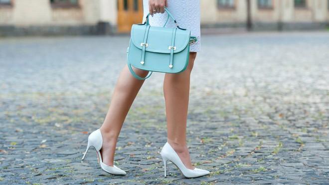 4 cách biến hóa với giày cao gót trắng - món đồ không thể thiếu trong tủ đồ của chị em trong mùa hè này - Ảnh 1.