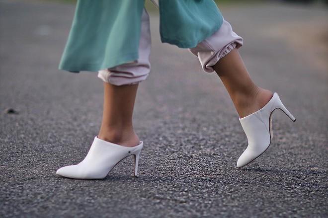 4 cách biến hóa với giày cao gót trắng - món đồ không thể thiếu trong tủ đồ của chị em trong mùa hè này - Ảnh 3.