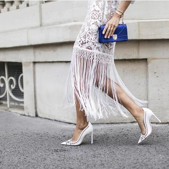 4 cách biến hóa với giày cao gót trắng - món đồ không thể thiếu trong tủ đồ của chị em trong mùa hè này - Ảnh 7.