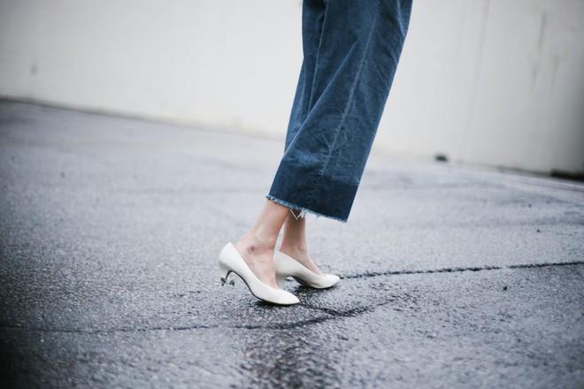 4 cách biến hóa với giày cao gót trắng - món đồ không thể thiếu trong tủ đồ của chị em trong mùa hè này - Ảnh 10.