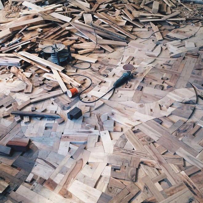 Anh chàng cặm cụi đi nhặt gỗ vụn về chất đống một góc, thời gian sau ai cũng choáng khi bước vào ngôi nhà của anh - Ảnh 3.