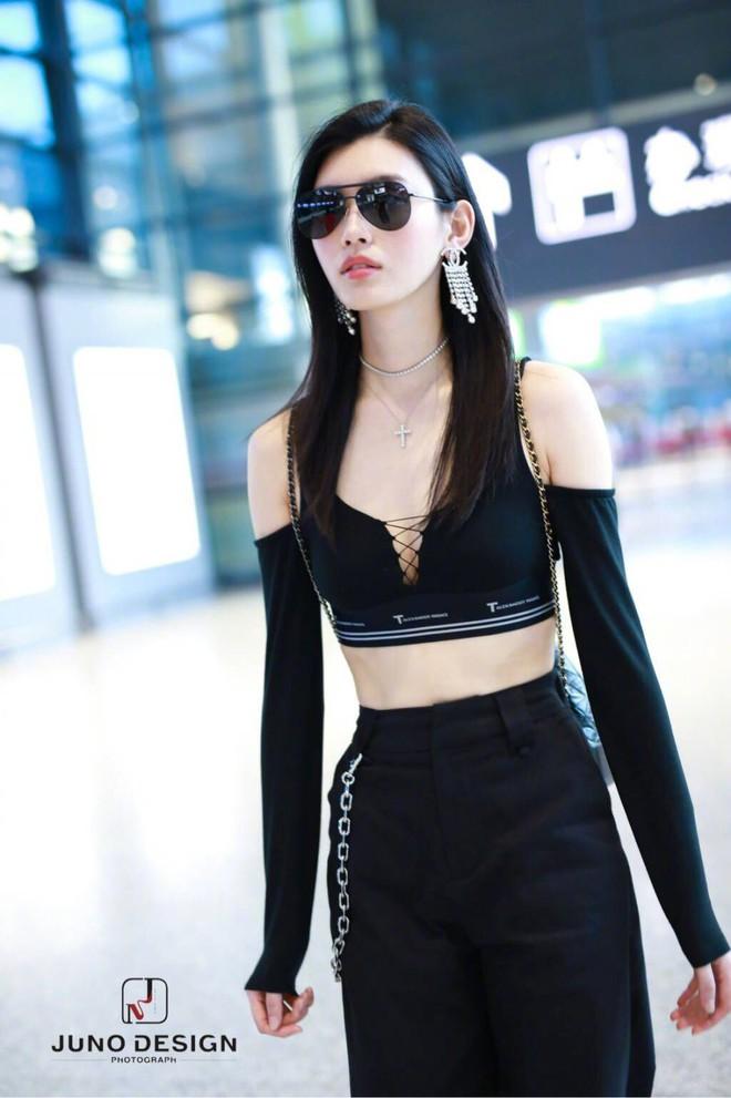 Diện áo croptop, body đẹp khó tin của siêu mẫu Ming Xi khiến dân tình phải tròn mắt trầm trồ - Ảnh 7.