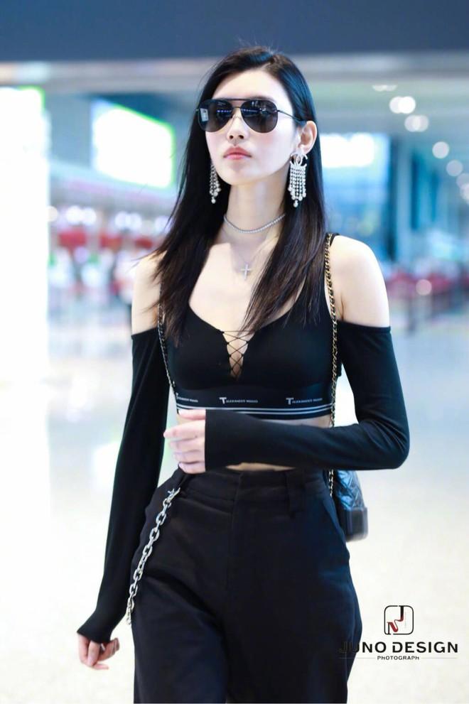 Diện áo croptop, body đẹp khó tin của siêu mẫu Ming Xi khiến dân tình phải tròn mắt trầm trồ - Ảnh 8.