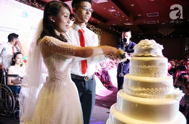41 cặp đôi khuyết tật vỡ òa hạnh phúc trong đám cưới tập thể tại Hà Nội - Ảnh 13.