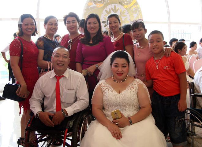 41 cặp đôi khuyết tật vỡ òa hạnh phúc trong đám cưới tập thể tại Hà Nội - Ảnh 9.