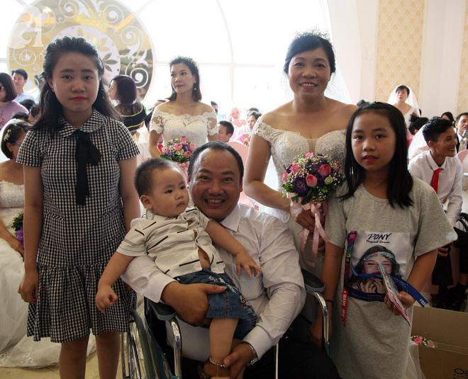 41 cặp đôi khuyết tật vỡ òa hạnh phúc trong đám cưới tập thể tại Hà Nội - Ảnh 8.