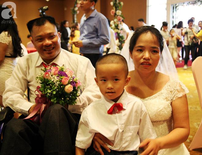 41 cặp đôi khuyết tật vỡ òa hạnh phúc trong đám cưới tập thể tại Hà Nội - Ảnh 6.