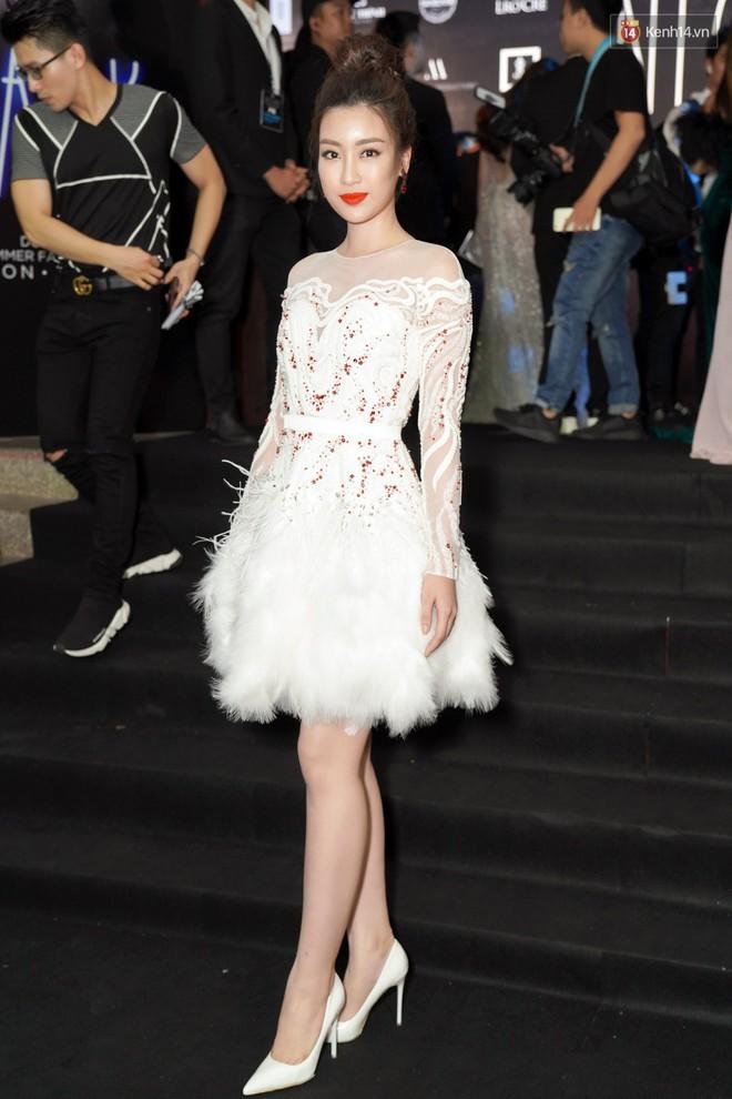 Cùng thảm đỏ: Hoa hậu Mỹ Linh diện váy lông cầu kì, Ngọc Trinh để lộ cả 2 miếng dán ngực dày cộm - Ảnh 1.