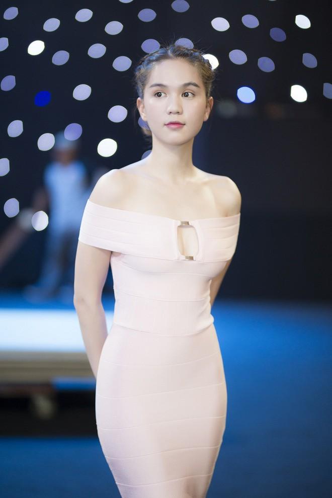 Ngọc Trinh và Hương Giang mải miết tập catwalk trên đôi giày cao 20cm cho show của NTK Đỗ Long - Ảnh 1.