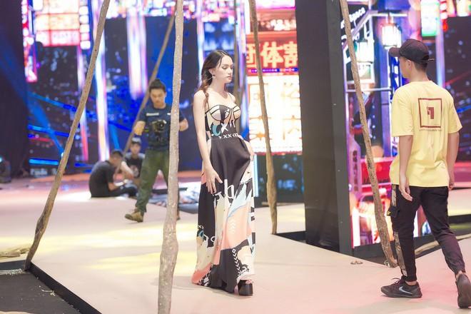 Ngọc Trinh và Hương Giang mải miết tập catwalk trên đôi giày cao 20cm cho show của NTK Đỗ Long - Ảnh 2.