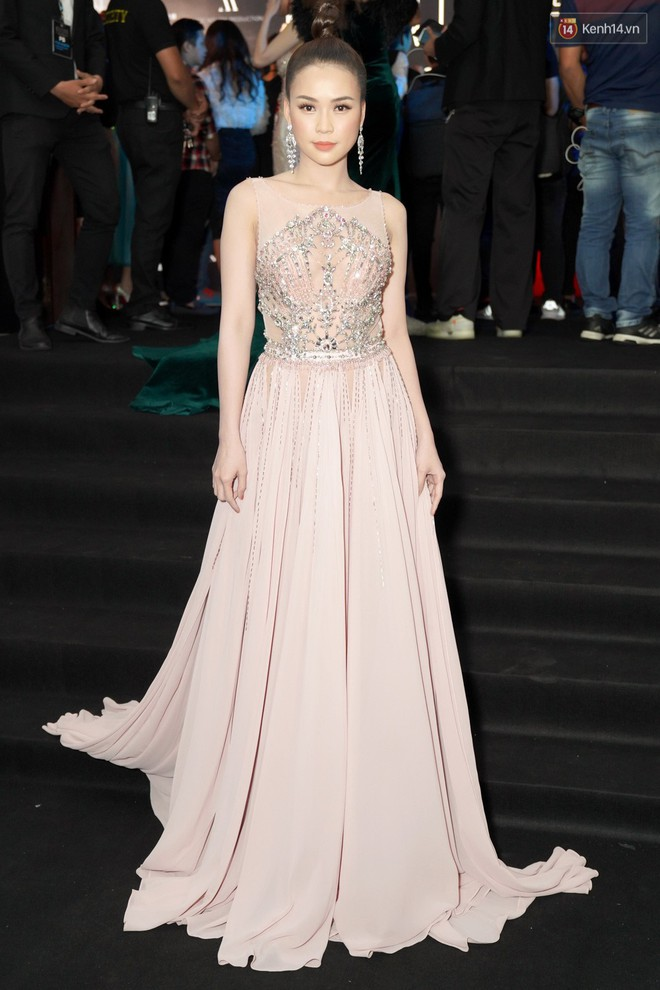 Cùng thảm đỏ: Hoa hậu Mỹ Linh diện váy lông cầu kì, Ngọc Trinh để lộ cả 2 miếng dán ngực dày cộm - Ảnh 11.