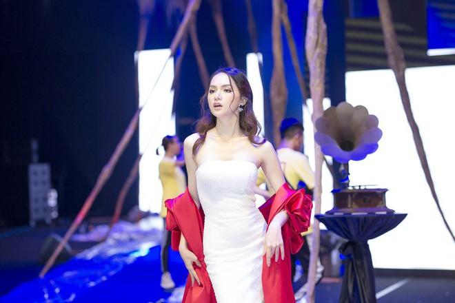 Ngọc Trinh và Hương Giang mải miết tập catwalk trên đôi giày cao 20cm cho show của NTK Đỗ Long - Ảnh 3.