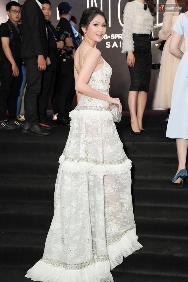 Cùng thảm đỏ: Hoa hậu Mỹ Linh diện váy lông cầu kì, Ngọc Trinh để lộ cả 2 miếng dán ngực dày cộm - Ảnh 4.