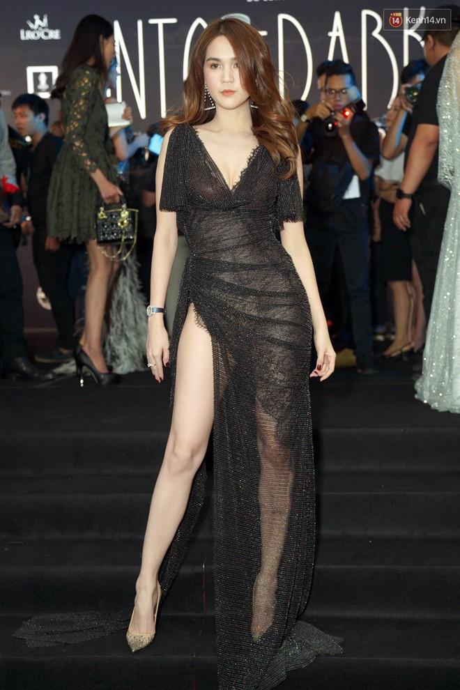 Cùng thảm đỏ: Hoa hậu Mỹ Linh diện váy lông cầu kì, Ngọc Trinh để lộ cả 2 miếng dán ngực dày cộm - Ảnh 5.
