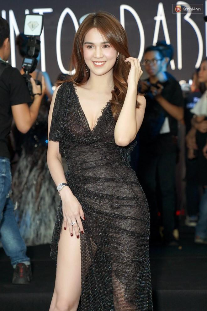 Cùng thảm đỏ: Hoa hậu Mỹ Linh diện váy lông cầu kì, Ngọc Trinh để lộ cả 2 miếng dán ngực dày cộm - Ảnh 6.