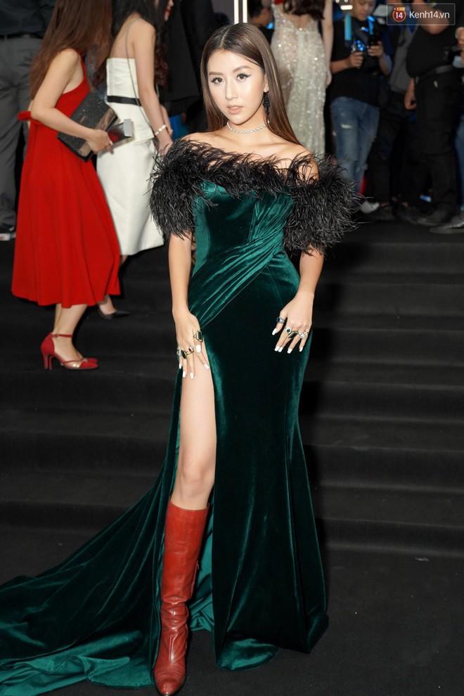 Cùng thảm đỏ: Hoa hậu Mỹ Linh diện váy lông cầu kì, Ngọc Trinh để lộ cả 2 miếng dán ngực dày cộm - Ảnh 7.
