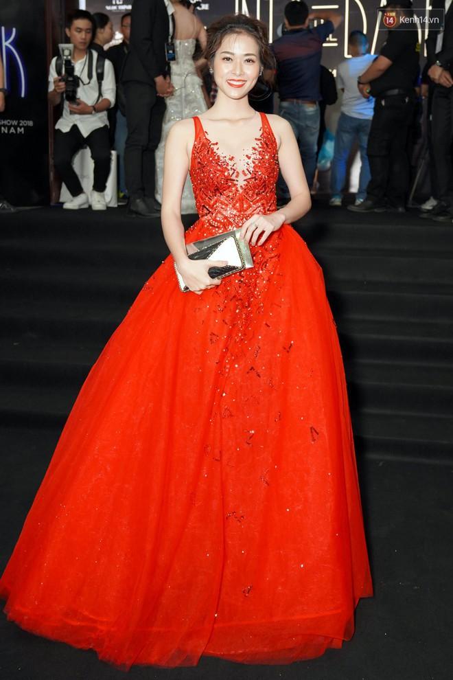 Cùng thảm đỏ: Hoa hậu Mỹ Linh diện váy lông cầu kì, Ngọc Trinh để lộ cả 2 miếng dán ngực dày cộm - Ảnh 9.