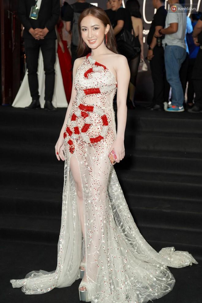 Cùng thảm đỏ: Hoa hậu Mỹ Linh diện váy lông cầu kì, Ngọc Trinh để lộ cả 2 miếng dán ngực dày cộm - Ảnh 10.