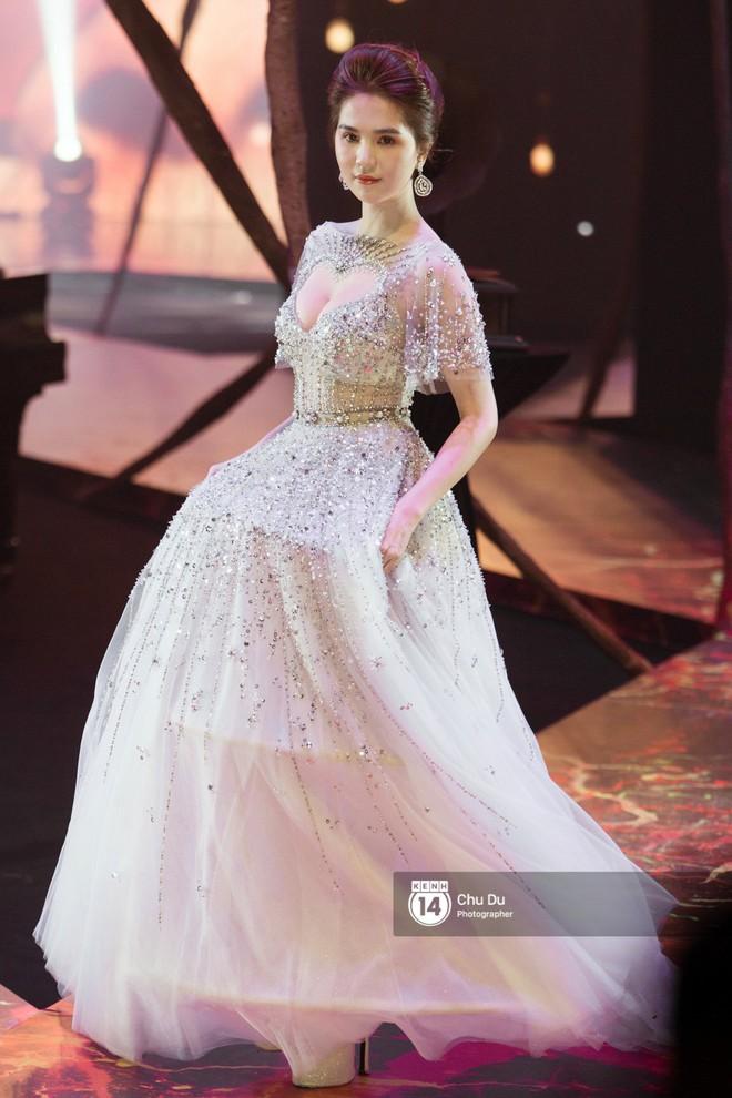 Nào chỉ có Chi Pu, Ngọc Trinh hay Hương Giang... hóa ra Phạm Hương mới là trùm cuối trong show của NTK Đỗ Long - Ảnh 2.