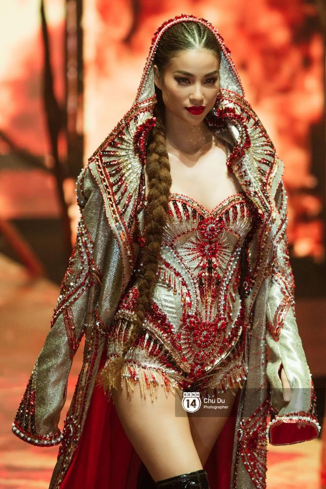 Nào chỉ có Chi Pu, Ngọc Trinh hay Hương Giang... hóa ra Phạm Hương mới là trùm cuối trong show của NTK Đỗ Long - Ảnh 11.