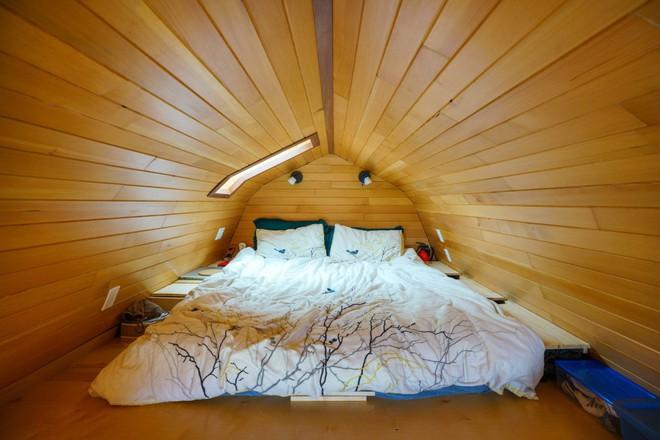Chán cảnh thuê nhà đắt đỏ, cặp vợ chồng tự xây căn nhà nhỏ xíu nhưng đầy đủ tiện nghi giữa cánh đồng - Ảnh 8.