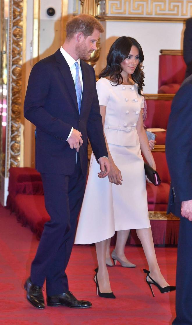 Nhìn trang phục mới nhất của Meghan Markle lại khiến người ta nhớ đến loạt váy suit cực đẹp của Công nương Diana - Ảnh 3.
