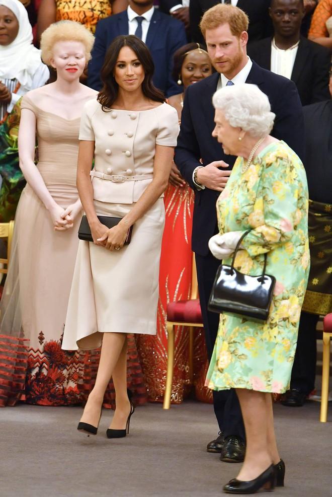 Nhìn trang phục mới nhất của Meghan Markle lại khiến người ta nhớ đến loạt váy suit cực đẹp của Công nương Diana - Ảnh 4.