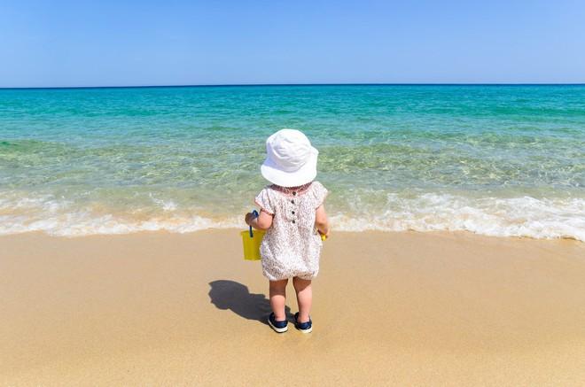 Đây là những điều mọi cha mẹ cần biết để đảm bảo an toàn cho bé khi đi biển - Ảnh 1.