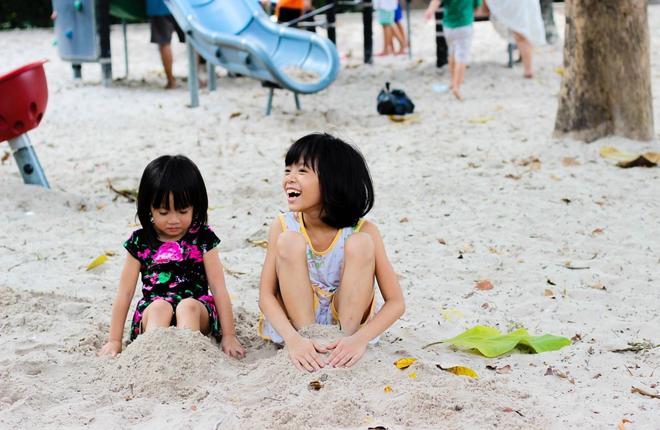 Đây là những điều mọi cha mẹ cần biết để đảm bảo an toàn cho bé khi đi biển - Ảnh 2.