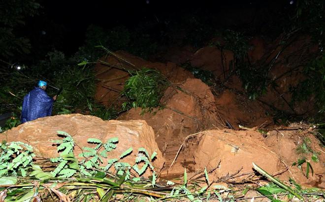 Lào Cai: Hơn 3000 khối đất đá sạt lở đổ xuống Quốc lộ 4D, giao thông tê liệt hoàn toàn - ảnh 1