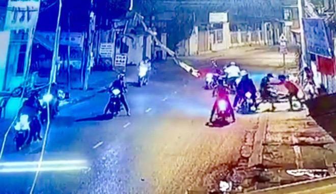 Nghe vợ kể có mâu thuẫn, nam thanh niên cùng nhóm đối tượng mang theo hung khí truy sát nhầm 3 người ở Sài Gòn - ảnh 2