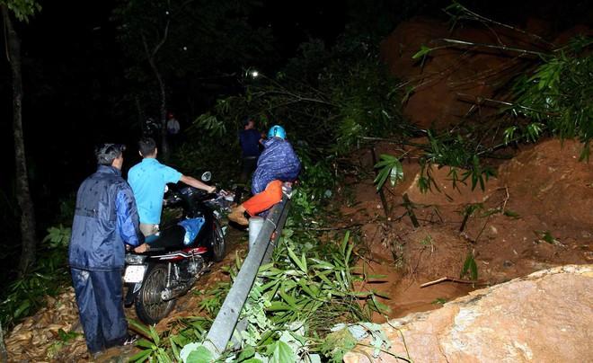 Lào Cai: Hơn 3000 khối đất đá sạt lở đổ xuống Quốc lộ 4D, giao thông tê liệt hoàn toàn - ảnh 3