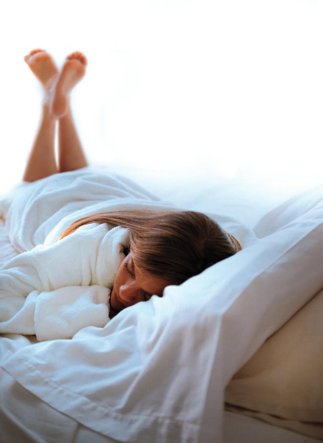 Cứ không ngủ đủ đi, bạn sẽ mệt mỏi, xuống sắc và nhận hậu quả thấy rõ giống người phụ nữ này! - Ảnh 4.