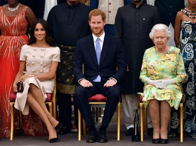 Nhìn trang phục mới nhất của Meghan Markle lại khiến người ta nhớ đến loạt váy suit cực đẹp của Công nương Diana - Ảnh 2.