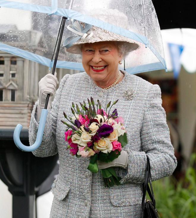 Tỉ mỉ như nữ hoàng Anh: đến chiếc ô nhỏ cũng phải ăn rơ với cả bộ trang phục - Ảnh 1.