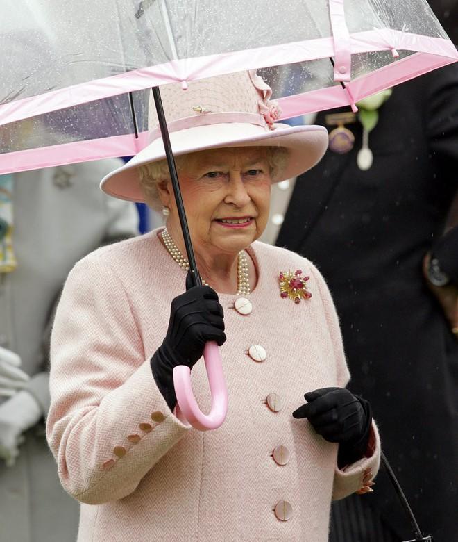 Tỉ mỉ như nữ hoàng Anh: đến chiếc ô nhỏ cũng phải ăn rơ với cả bộ trang phục - Ảnh 6.