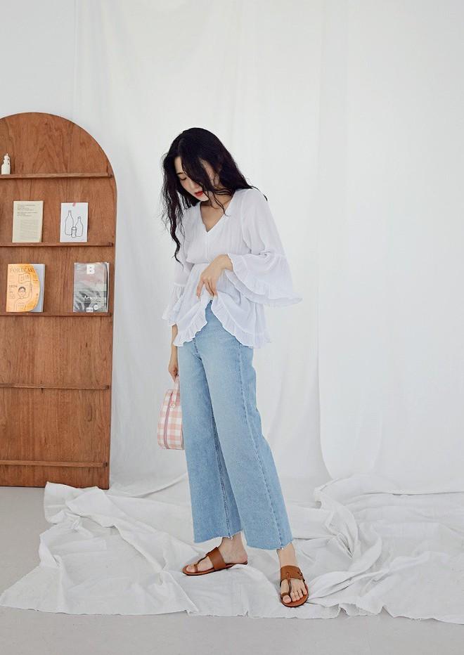 Mê quần jeans say đắm nhưng ngại nắng nóng, các nàng cứ diện jeans dáng suông để vừa mát mẻ lại chuẩn trendy