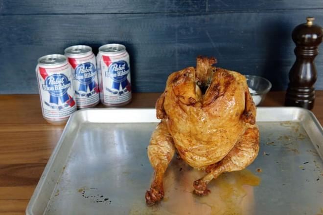 """Muốn lớp da giòn rụm cứ cho gà """"ngồi"""" lên lon bia rồi đưa vào lò nướng, 1 tiếng sau kết quả chỉ có gọi là ngon ngất ngây - Ảnh 1."""