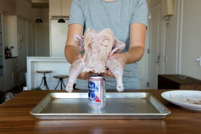 """Muốn lớp da giòn rụm cứ cho gà """"ngồi"""" lên lon bia rồi đưa vào lò nướng, 1 tiếng sau kết quả chỉ có gọi là ngon ngất ngây - Ảnh 4."""