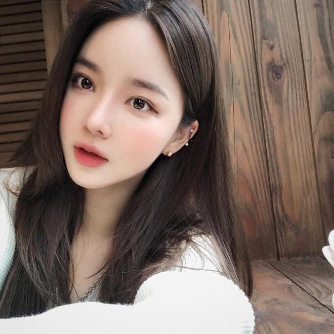 Con gái Hàn da đẹp mịn mướt là nhờ đắp thêm 2 miếng bông tẩy trang trước khi đánh kem nền hoặc cushion - Ảnh 1.