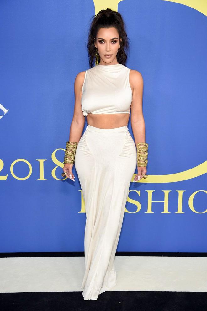 Gigi Hadid sặc sỡ như quân bài joker trong khi chị em nhà Kim diện hở mà vẫn nền nã tại thảm đỏ thời trang CFDA 2018 - Ảnh 1.