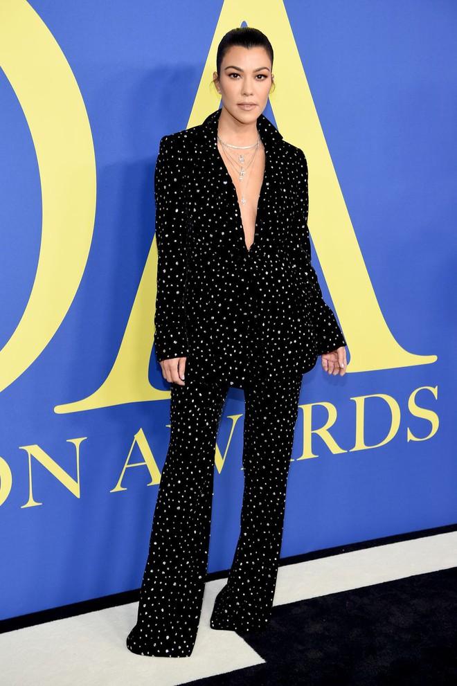 Gigi Hadid sặc sỡ như quân bài joker trong khi chị em nhà Kim diện hở mà vẫn nền nã tại thảm đỏ thời trang CFDA 2018 - Ảnh 7.