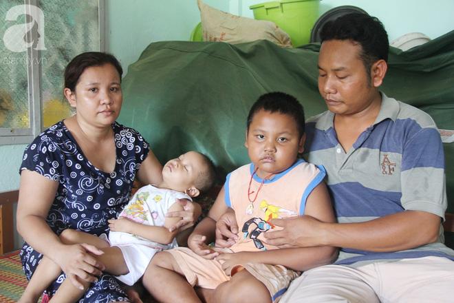 Bé gái 3 tuổi bị ung thư mắt, bố mẹ chở phân bò dành dụm từng đồng tìm lại ánh sáng cho con trong vô vọng - Ảnh 15.