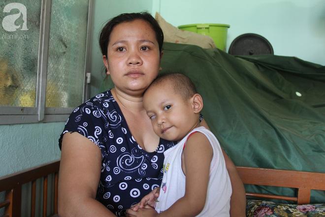 Bé gái 3 tuổi bị ung thư mắt, bố mẹ chở phân bò dành dụm từng đồng tìm lại ánh sáng cho con trong vô vọng - Ảnh 10.