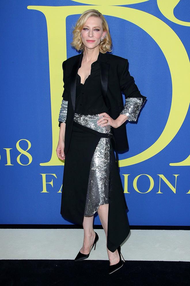 Gigi Hadid sặc sỡ như quân bài joker trong khi chị em nhà Kim diện hở mà vẫn nền nã tại thảm đỏ thời trang CFDA 2018 - Ảnh 22.