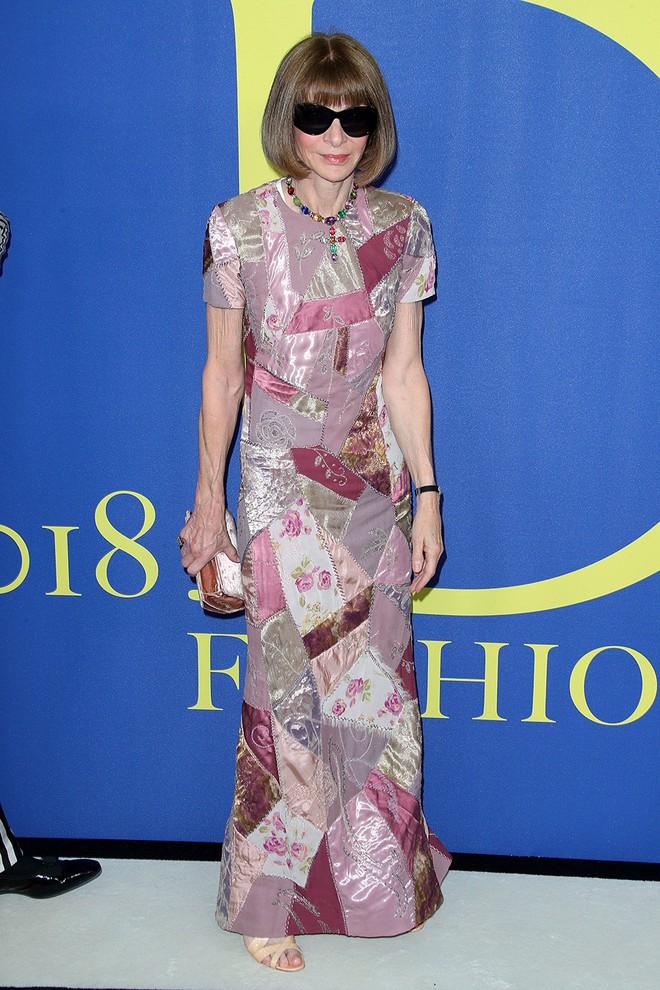 Gigi Hadid sặc sỡ như quân bài joker trong khi chị em nhà Kim diện hở mà vẫn nền nã tại thảm đỏ thời trang CFDA 2018 - Ảnh 23.